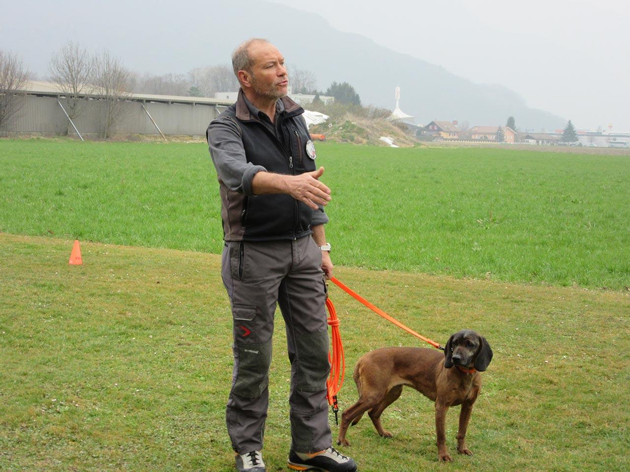 Serge Mariéthoz et sa chienne Noisette, un rouge de Bavière. Tel. Mobile Serge Mariéthoz, Garde Faune à Val d'Illiez : 079 355 39 11